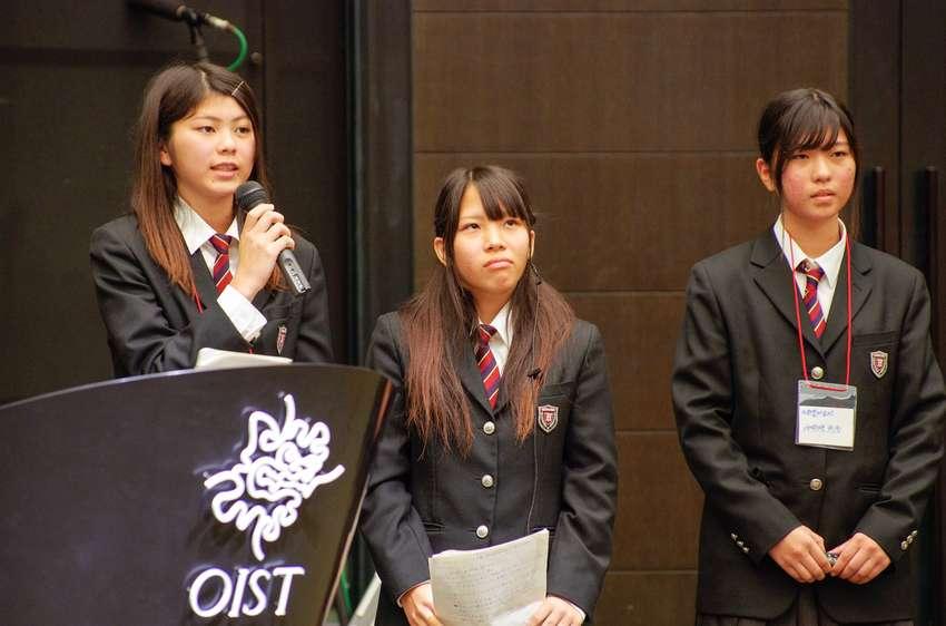 学生3人がステージに立っている